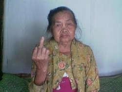 Waduhh nenek itu narsis banget yaa ?