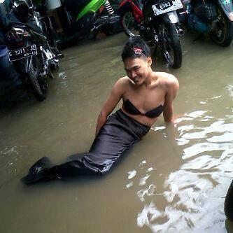 marak dengan banjir di jakarta.. tak hanya hewan liar yang masuk ke pemukiman warga.. tapi ada juga putri duyung cantik yang derdampar.. :D