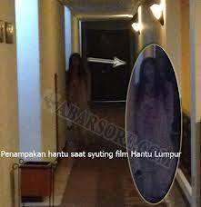 Belum resmi diluncurkan ke masyarakat , Film hantu Lumpur sudah membuat sensasi dalam proses pembuatanya , pasalnya foto sosok hantu wanita saat proses syuting berlangsung Jangan Lupa Klik WOW Nya yaa Aku Mohon :))