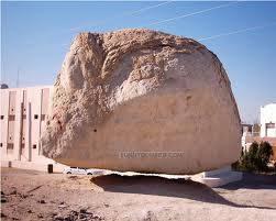 wow dong... ini adalah keajaiban dunia yang sangat hebat bayangkan batu sebesar ini bisa terbang inilah keajaiban alllah swt yang maha kuasa