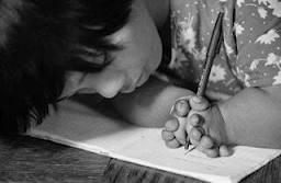 """Le Thi Hoa adalah salah seorang anak cacat yang juga dicurigai sebagai korban radiasi kimia. Ia dilahirkan dengan jari kerdil. Namun, dia tidak pernah berhenti menulis dengan """"gaya tulisan tangan yang sangat baik."""""""