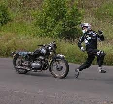 Hahahahah :D lucu banget nih fotonya, kasian banget dikejar ama motornya sendiri ada yg mau tolongin gak? wow nya dong