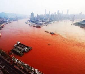 """Sebuah hamparan sungai terpanjang China tiba-tiba berubah warna menjadi seperti jus tomat, dan para pejabat mengatakan mereka tidak tahu mengapa. Warga kota barat daya Chongqing pertama melihat bahwa Sungai Yangtze, yang disebut """"jalur air emas"""