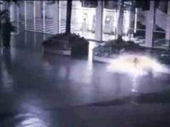Video yang cukup menghebohkan ini terekam CCTV shopping mall di Jakarta sob!!!!
