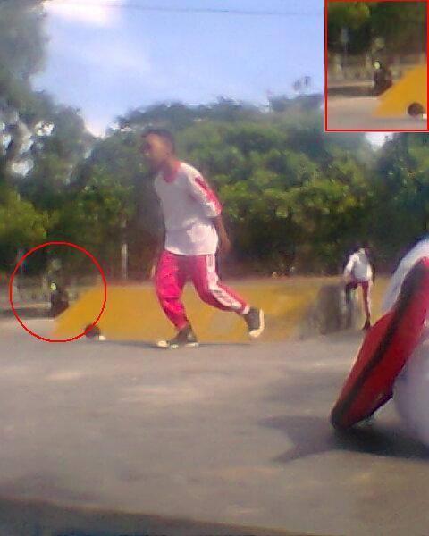 Penampakan hantu di JL.Udayana (Mataram, Lombok) Gak sengaja nemuin gambar ini, pas melihat foto jepretanku
