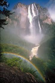 Air terjun manakah yang paling tinggi? Ini air terjun tertinggi di dunia. Namanya, air terjun angel. Tingginya 979m. Karena sangat tinggi, airnya nampak nggak jatuh, tapi menyebar terhambur di udara dan tampak seperti kabut wow nya mana nih???