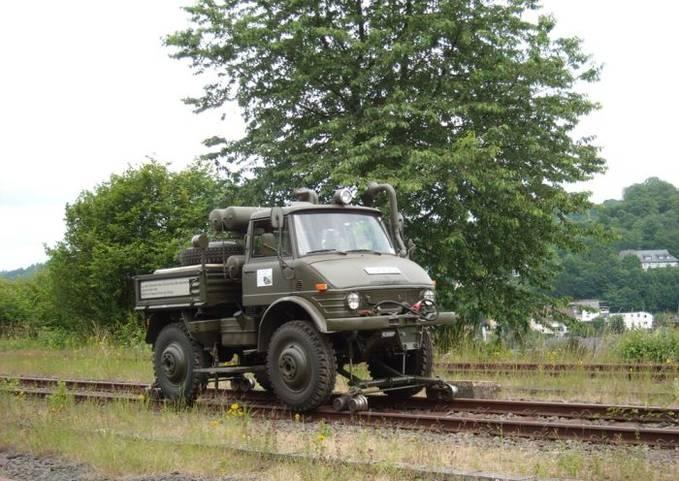 Truk marinir yang di modif untuk bisa berjalan di rel kereta api... WOW !