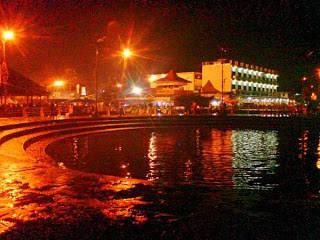 Water Front City ( Taman Alun-Alun Kapuas ) di Pontianak dikala malam hari sungguh indah pemandangannya.