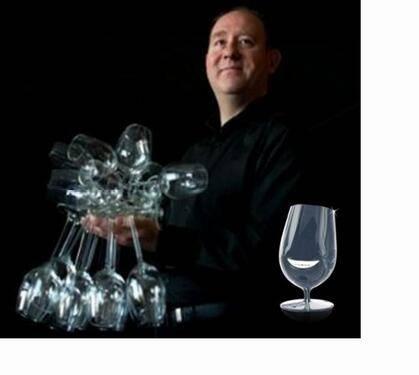 Mr. Glass: Pria ini mampu menggenggam 51 gelas sekaligus dalam tangannya lho.