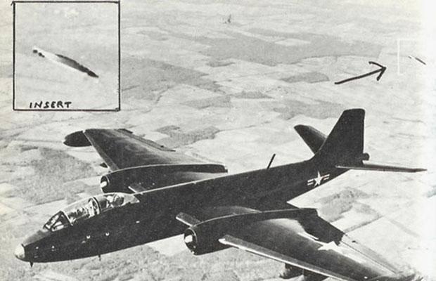 Foto Penampakan UFO tahun 1957 Gambar ini diambil oleh pilot uji dekat Edwards Air Force Base di California Pada September 1957 .Ini menunjukkan UFO mengikuti jet B-47.