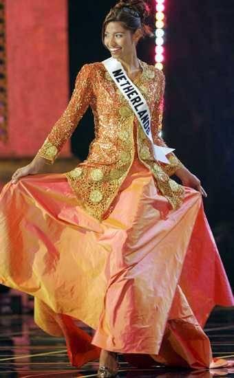 Sharita Sopacua (Miss Netherland/Belanda 2005) make kebaya sebagai national costume di ajang miss Universe 2005 di Thailand. Apa menurut kalian?, bangga kah? atau kecolongan?, hmmm.... WOWnya yh?!