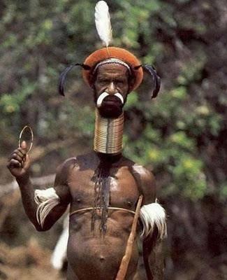 berapa jumlah gelang besi yang di pakai orang ini ?