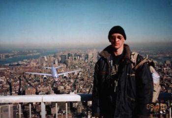 inilah seorang Turis yg berfoto di atas WTC AS sebelum tertabrak pesawat !wow