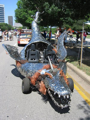 nah... kalo yang ini, nih.... namanya dragon car.... kira-kira bisa terbang gak ya? WOW-nya donk....