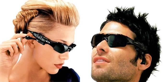 Kacamata MP3, sangat cocok buat yang suka travelling pake motor, bisa untuk pelindung mata sekaligus mendengarkan mp3. Cocok sekalai di pakai saat dalam perjalanan atau berlibur. Selain mempunyai fungsi sebagai pemutar MP3, kacamata ini juga bi