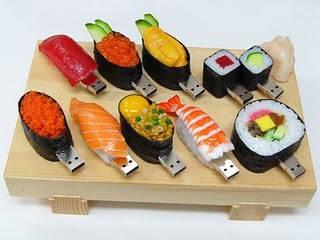 ini dia, flash disk yang berbentuk makanan khas jepang yaitu sushi. yang bilang ini menarik, unik, dana lucu klik wow ya
