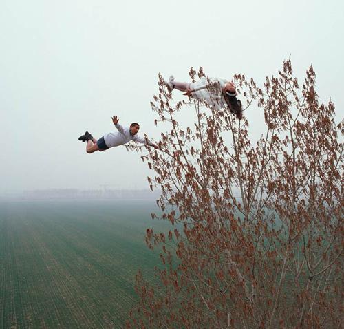 WOW nih Ekstrem banget ya. Karya Seni Photography Extreme Seorang warga negara Cina bernama Li Wei membuat sebuah karya seni, perpaduan antara fotografi dan performance art, sehingga menghasilkan apa yang disebutnya sebagai karya seni ekstrim.