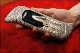 LE MILLION PIECE UNIQUE adlh hp termahal didunia dibuat oleh Goldvish Luxury communications dengan harga 1 juta euro / Rp 11,5 m ko mahal sekaliya pantas saja hp ini dihiasi permata murni.......