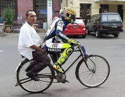 valentino rossi ngojek sepeda ,,,,, ! # klO suka KLIK WOW-nya
