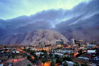 badai debu besar yang menelan Phoenix..Badai pasir berasal dari Tucson dan tersebar di daerah kira-kira selebar 80 kilometer. Awan debu mencapai ketinggian 3.000 meter sebelum tiba di Phoenix.
