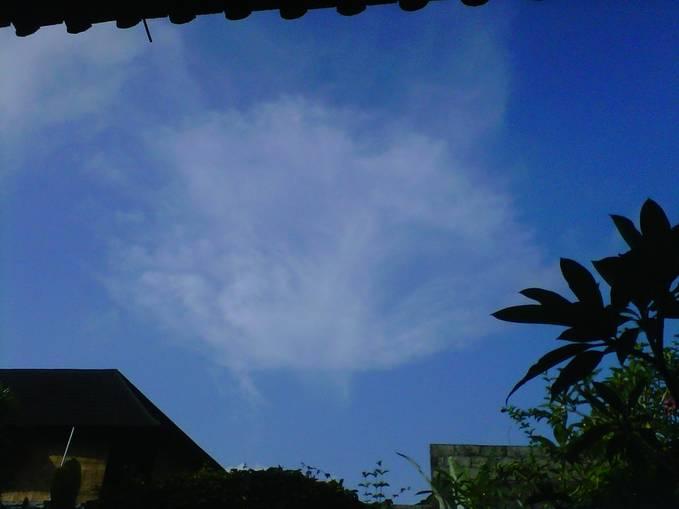 wowww, ini awan yang aneh seperti tornado ! klik WOW ya.... yang merasa fenomena !