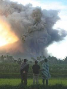 WOW! Ada awan berbentuk Mbah Maridjan! Klik WOW ya.. Bagi yang ngelihat gambar ini
