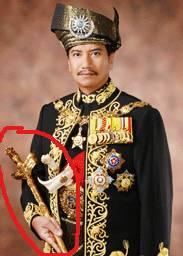 PAKAIAN ADAT MALAYSIA JUGA MENGGUNAKAN KERIS Hal inilah yang mengirakan rakyat malaysia,bahwa Keris ini Asli budaya dari malaysia padahal dari indonesia buat malaysia :poop: JANGAN LUPA WOW