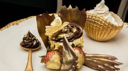 Golden Phoenix adl cupcake termahal di dunia (Rp. 9 Jt) memiliki hiasan lembaran emas 23 karat yg bisa dimakan.