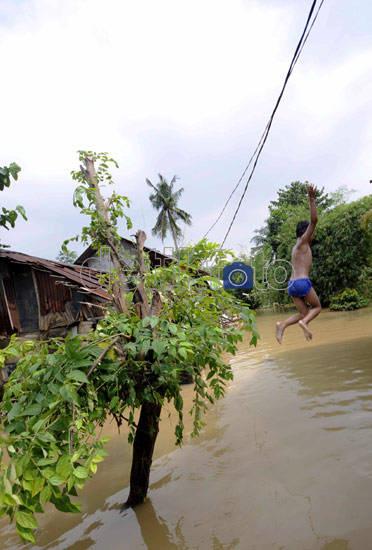 banjir jadi arena bermain !!