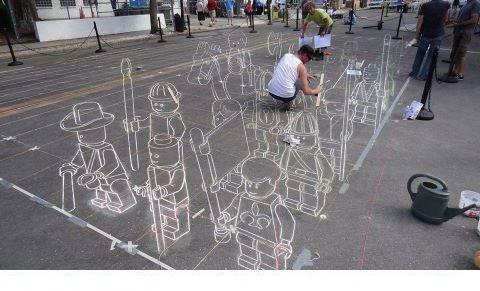 wow keren kan gambar pasukan lego di jalan. minta wow nya dong !!! agar kalian ga diserang sama pasukan lego ini