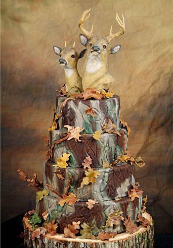 KUE KEPALA RUSA Dari penampilannya, mungkin bisa diasumsikan bahwa pasangan pengantin yang memilih kue ini gemar berburu. Mereka bahkan menaruh potongan kepala rusa jantan dan betina di atas kue tersebut, dengan hiasan yang pas. WOW -nya . :)