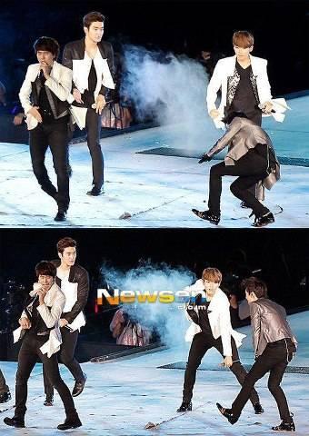 siapa yg ngefenz ma artis korea\ pentayi korea... coba kalian liat di atas ada salah satu penyanyi yang terjatuh. saat bernyanyi... pasti malu tuh.. yang suka ma artis korea klik wow ya. yg banyak....