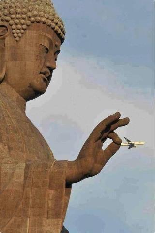 Mungkin hanya ada 1x kesempatan saja untuk bisa mengambil foto yang fantastic ini, Patung Budha seolah-olah memegang pesawat dengan kedua jarinya. Padahal ini pesawat yang sedang terbang. WOW banget.