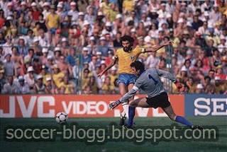 Salah Satu Kiper Terbaik Di Dunia Dino Zoff adlh slh 1 legenda Italia dan Juventus. Ia jg merupkn slh 1 kiper yg msh bermain pd usia 41 thn utk tim nasional dan clubny. Ia pun tlh mmpersmbhkn gelar Serie A kpd Juventus dan 1 piala dunia..