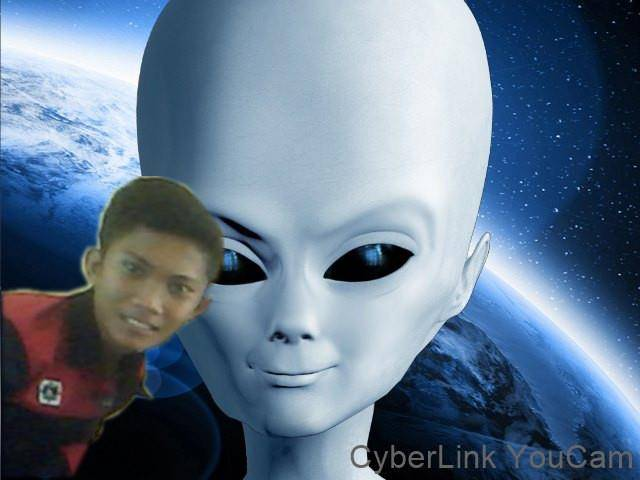 sang kaka (alien) yg jauh dri bulan dtang ke bumi untuk mencari adiknya (olan) akhirnya ketemu juga,.,.,.,.,.,.,.,keluarga bahagia