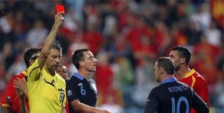 10 Skandal Sepakbola Terheboh di Dunia Sepakbola memiliki daya tarik tersendiri bagi setiap penggemarnya. Gol-gol indah, permainan tim yang mengesankan, ataupun skill para pemain yang mengagumkan mampu memberikan nilai plus di mata para penont