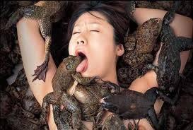 Seorang wanita tewas sesaat setelah bersetibuh dengan seekor katak.menurut para ilmuan wanita tersebut tewas karena di bagian V*G**a nya tersiram air seni katak yang sangat berbahaya jika bersentuhan secara langsung oleh kulit manusia.HI serem