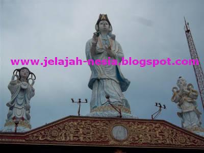 Patung Dewi Kwan Im Di Tepi Pantai Kenjeran Park - Surabaya, Jatim. Patung ini sangat tinggi sekali http://jelajah-nesia.blogspot.com/2012/10/patung-dewi-kwan-im-di-pantai-surabaya.html