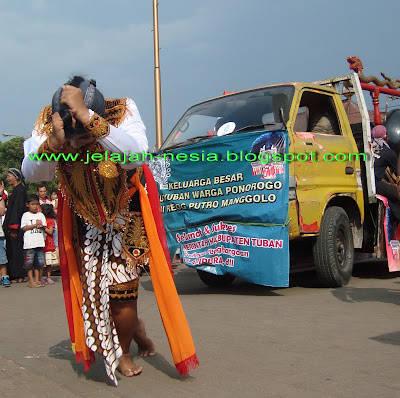 Ovi, gadis manis di Tuban yang menarik kendaraan truck dengan menggunakan kekuatan gigi dan rambutnya http://jelajah-nesia.blogspot.com/2012/12/ovi-gadis-hulk-yang-perkasa-dari-tuban.html