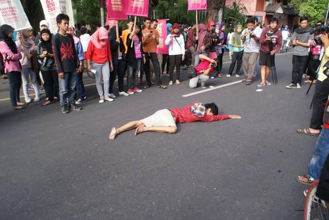 INI SEBUH MAHAKARYA SENI PERFOMANCE ART INDONESIA KENAPA DIANGGAP ORANG GILA,ARTIS DEMO?