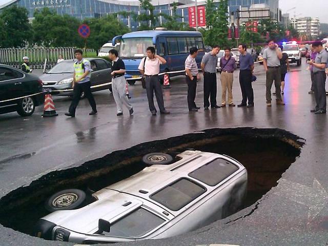 Sebuah minibus secara mendadak tertelan bumi ketika tengah berjalan. Aneh Tapi Nyata, Minibus Tertelan Bumi - Kejadian aneh sekaligus memprihatinkan terjadi di jalan kota Guilin di wilayah Guangxi Zhuang, China. Sebuah minibus secara mendadak