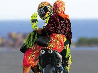 Sekarang Pembalap Moto Gp Beralih Prfesi jadi tukang Ojeek.......!!!