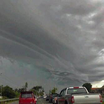 gambar penampakan awan naga ini sanagat aneehh,berarti ini tanda2