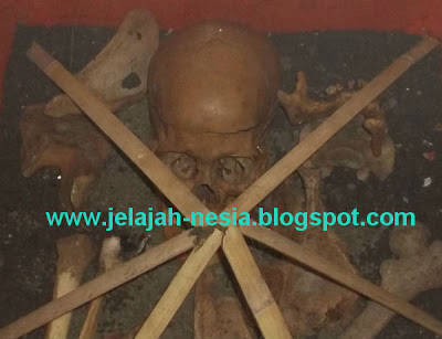 Koleksi Tengkorak Manusia Di Museum Santet. Info selengkapnya di Google aja ya : Koleksi Tengkorak Manusia Di Museum Santet - Jelajah Nesia
