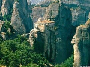 Lihat gambar-gambar ini, pasti anda takjub. Bagaimana bisa sebuah castile bisa berdiri di puncak gunung batu. Terbayangkan betapa sulitnya pembangunan castle ini, padahal usianya sudah ratusan tahun. Ini adalah kompleks biara-biara ortodoks Ti