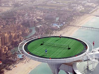Lapangan Tenis Tertinggi di Dunia Jika penasaran, Anda bisa mencobanya di lantai atas hotel Burj Al Arad di Dubai, Uni Emirat Arab dengan perkiraan ketinggian 198,12 meter dan luasnya mencapai 415 meter persegi.