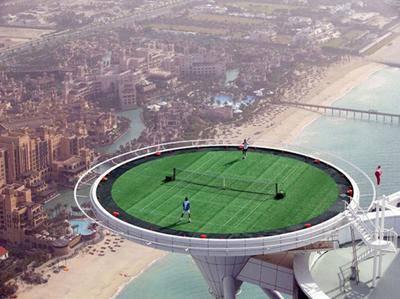 Beranikah kamu bermain tenis di lapangan seperti di gambar ini?