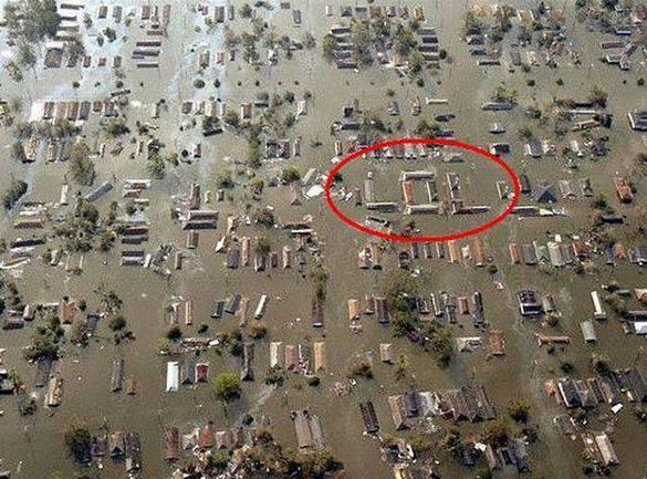 liat apa ada yang ganjil dari foto ini yang di ambil pada saat banjir di jakarta ###