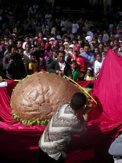 Siapa tak kenal Bakso Kota? Bakso yang sudah tersebar di 15 kota di Indonesia ini didirikan oleh Haji Abdur Rachman Tukiman [46 tahun]. Pada 8 Juli 2007 Cak Man resmi tercatat di Museum Rekor Indonesia (Muri) sebagai pembuat bakso terbesar di I