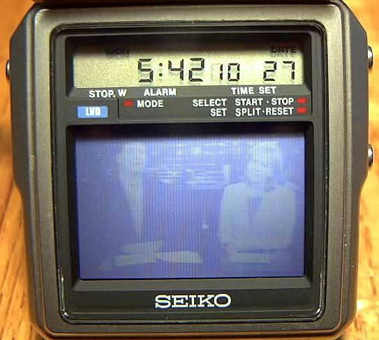 wow,jam tangan dilengkapi dengan tv dan radio yang dirilis tahun 1982.unik kan